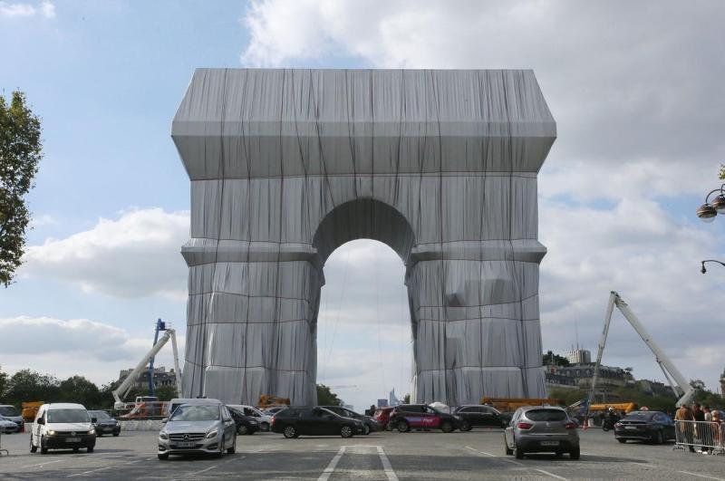 Arcul de Triumf din Paris învelit întrun material reciclabil Proiectul este visul de tinereţe al unui artist de origine bulgară