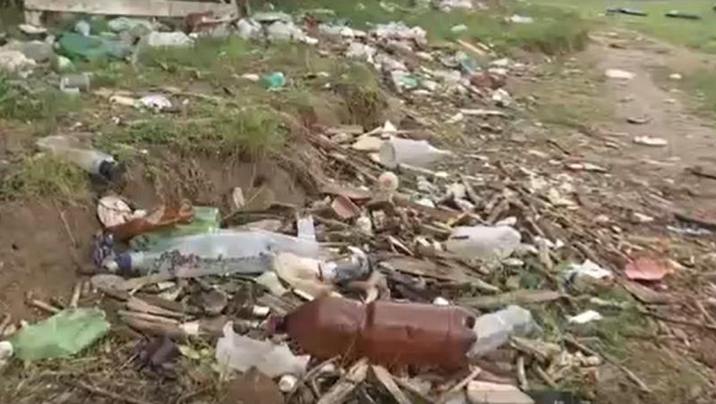 Mii de voluntari au strâns munţii de gunoaie lăsaţi în urmă de turiştii nepăsători Oamenii nu ştiu să respecte natura