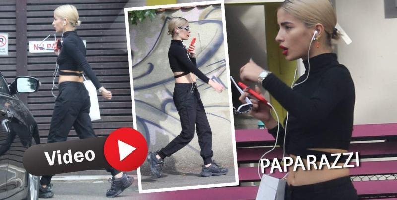 Nepoata lui Petre Roman atrage toate privirile când iese pe stradă Nu mai e vară dar Calina tot cu buricul gol umblă  PAPARAZZI
