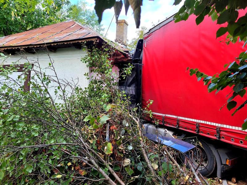 Două familii din Bucșani sau trezit cu un tir direct în casă