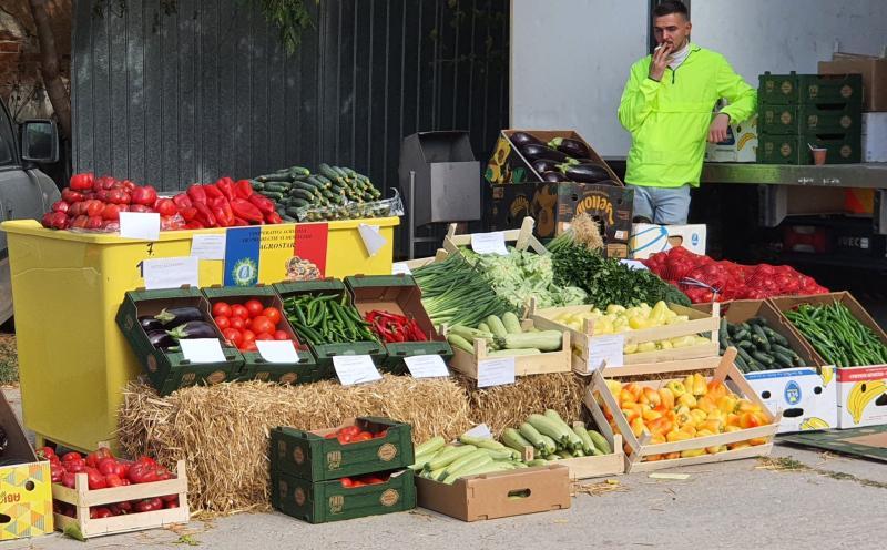 Cine au fost  producătorii prezenți sâmbătă în Piața Volantă din curtea DAJ Giurgiu asaltați de cumpărători  FOTO  VIDEO