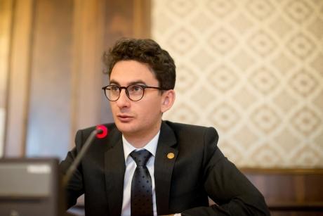 Deputatul Iulian Bulai USR îl atacă pe Iohannis Țara arde și primul om din stat ne îndemnă să jucăm golf