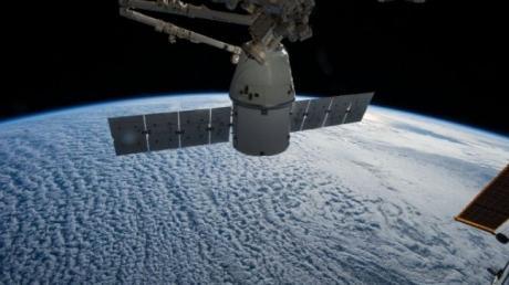 SpaceX Cei patru pasageri privaţi au revenit pe Terra după trei zile în spaţiu Zburând cu o viteză de aproximativ 28000 kilometri pe oră ei au înconjurat globul de peste 15 ori în fiecare zi