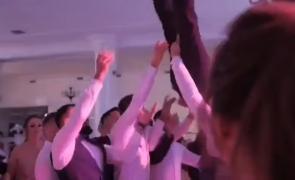 VIDEO șocant  Un mire a ajuns de la nuntă direct la spital cu coloana fracturată Nuntașii lau luat pe sus și lau scăpat