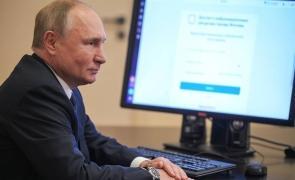 Vladimir Putin prins cu minciuna A votat înainte de a fi deschis votul  La dat de gol ceasul VIDEO