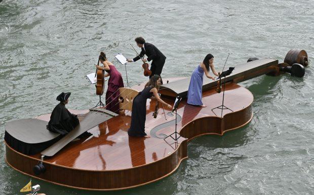 Vioara lui Noe pe canalele din Veneția Muzica este dedicată victimelor Covid