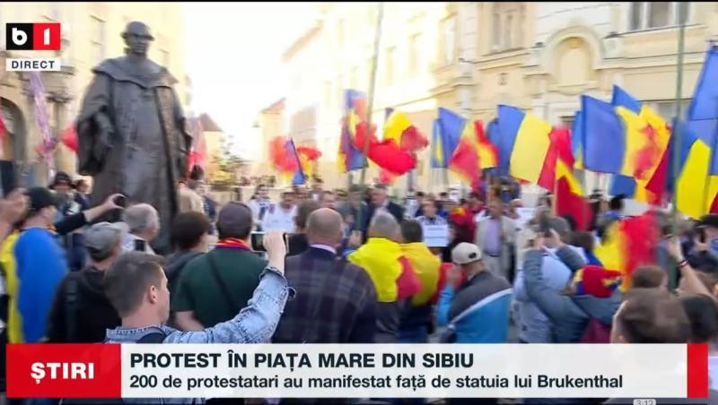 Protest la Sibiu față de amplasarea statuii lui Samuel von Brukenthal Au vândut țara asta și acum ca săși bată joc de noi lau pus pe criminalul ăsta aici VIDEO
