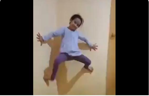 O fetiță cu abilități de Spiderman a devenit virală pe Twitter