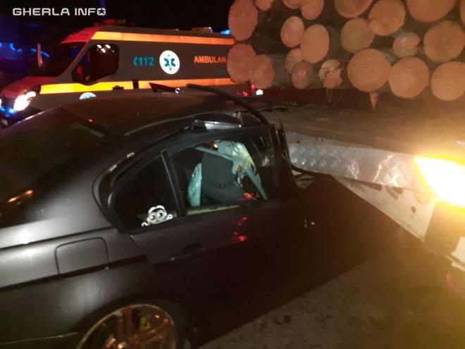 Accident la Dej un tânăr a rămas încarcerat mașina a intrat sub un TIR încărcat cu lemne  VIDEO