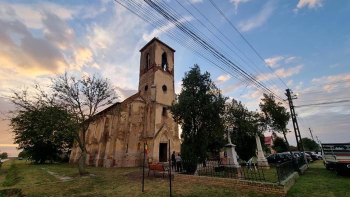 A rasunat muzica intre ruinele bisericii de la Ofsenita Sunete divine intre zidurile lacasului sfant puse in siguranta de Ambulanta pentru Monumente Foto si video