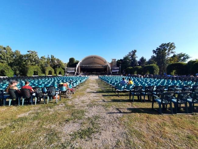 Văduva veselă  spectacol savuros în paşi de vals şi cancan francez în parcul Rozelor Timișoara
