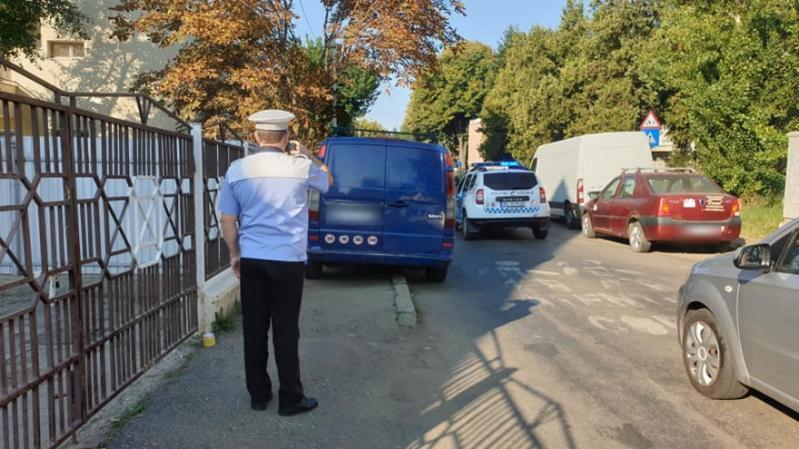 Amenzi pentru șoferii băcăuani care șiau lăsat mașinile pe trotuar în stațiile de autobuz sau pe trecerile de pietoni