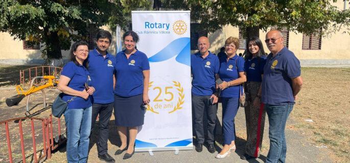 Președinte Rotary Club Râmnicu Vâlcea Liliana Dorina Blidaru  500 de copii  au primit ghiozdane echipate cu rechizite și dulciuri
